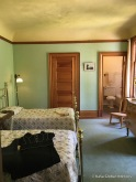 Central West Bedroom: first used as a study by Isais Hellman, but later changed to a guest room to accomodate the growing number of visiting family and friends. The cornice is not directly under the ceiling and walls and ceiling are painted in different colours: The effect? The walls appear lower than they actually are, adding to its intimacy.